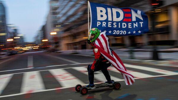 Сторонник избранного президента США Джо Байдена едет на доске возле Белого дома перед инаугурацией Байдена в Вашингтоне, США - Sputnik Արմենիա