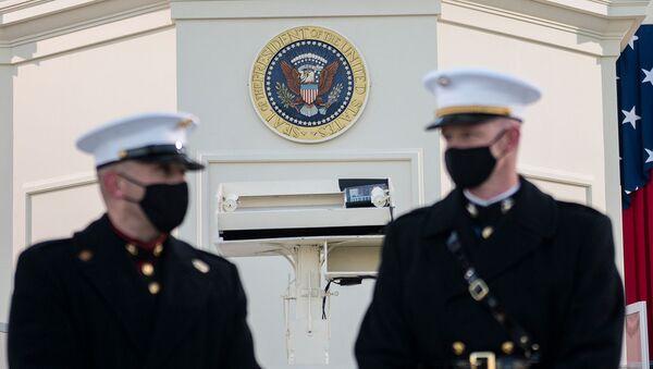 Морские пехотинцы у Западного фронта Капитолия  перед началом церемонии инаугурации избранного президента Джо Байдена в Вашингтоне, США - Sputnik Արմենիա
