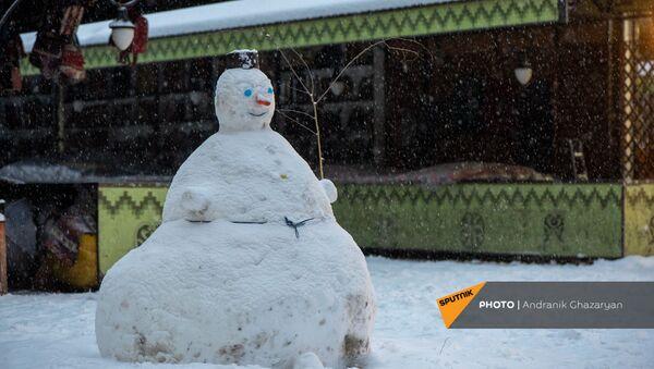 Снеговик в ереванском вернисаже - Sputnik Արմենիա