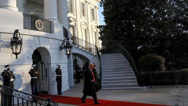Президент США Дональд Трамп и первая леди Мелания Трамп покидают Белый дом в преддверии инаугурации Джо Байдена в Вашингтоне, США - Sputnik Армения