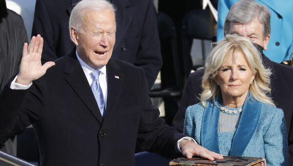 ԱՄՆ նորընտիր նախագահ Ջոզեֆ Բայդենը տիկնոջ` Ջիլ Բայդենի հետ, երդմնակալության արարողության ժամանակ - Sputnik Արմենիա
