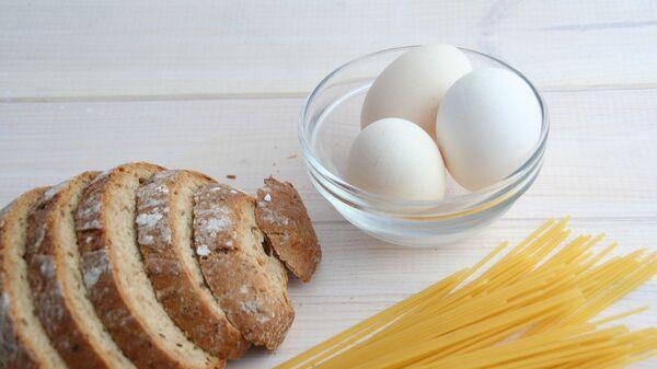 Нарезанный хлеб, яйца и спагетти на столе - Sputnik Արմենիա