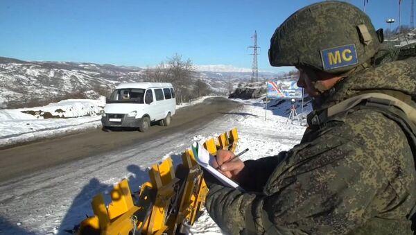 Российский миротворец на наблюдательном посту в Карабахе - Sputnik Армения