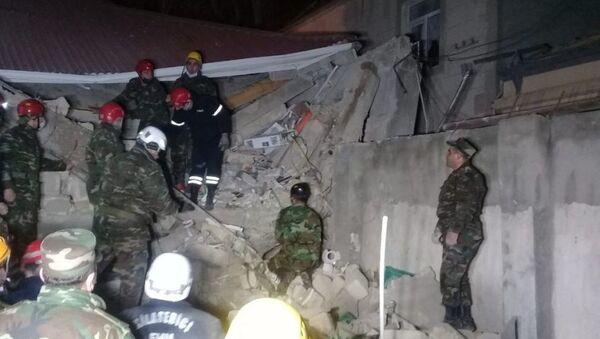 Спасатели на месте взрыва в жилом доме (25 января 2021). Хырдалан - Sputnik Армения