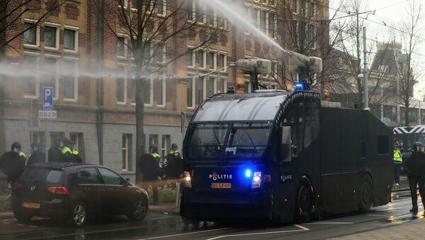 Полиция использует водомет для разгона толпы во время акции протеста против ограничений, введенных для сдерживания коронавируса (24 января 2021). Амстердам - Sputnik Армения