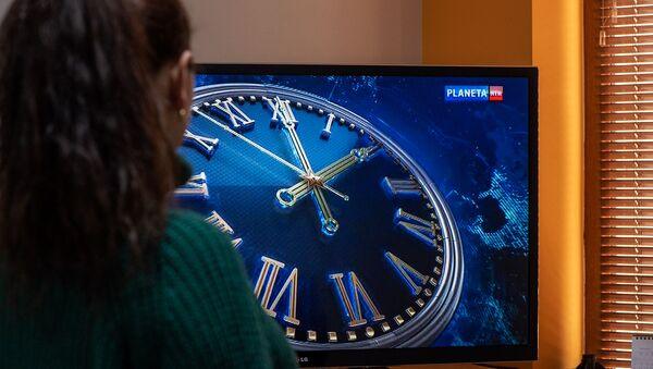 Женщина смотрит телевизор - Sputnik Արմենիա