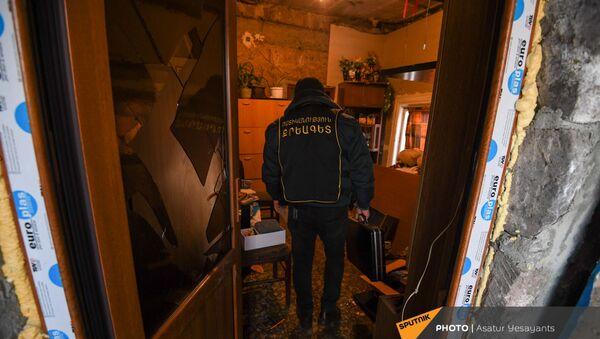 Сотрудники следственного отдела в доме мужчины, взявшего в заложники 3-летнего сына (27 января 2021). Еревaн - Sputnik Արմենիա