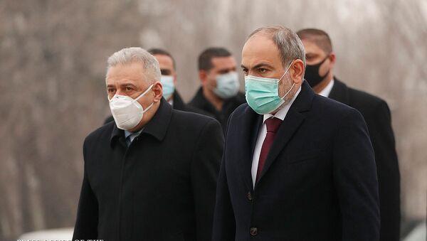 Премьер-министр Никол Пашинян, спикер Парламента Арарат Мирзоян и министр обороны Вагаршак Арутюнян посетили военный пантеон Ераблур (28 января 2021). Еревaн - Sputnik Армения