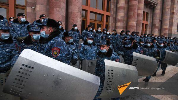 Полицейские со щитами на площади Республики во время митинга оппозиции (28 января 2021). Еревaн - Sputnik Արմենիա
