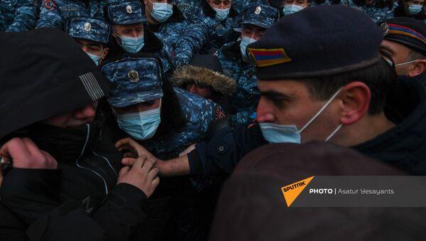 Полицейские и участники митинга оппозиции на площади Республики (28 января 2021). Еревaн - Sputnik Армения