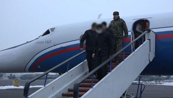 Кадры из аэропорта Эребуни: армянские пленные спускаются с трапа самолёта - Sputnik Армения