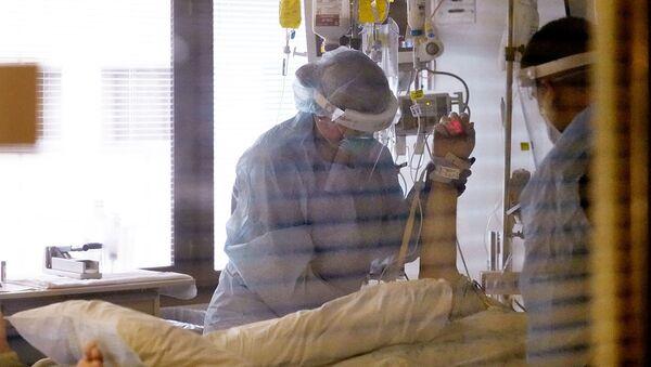 Врачи у пациента в отделении интенсивной терапии в UW Medical Center-Montlake (26 января 2021). Сиэтл - Sputnik Армения