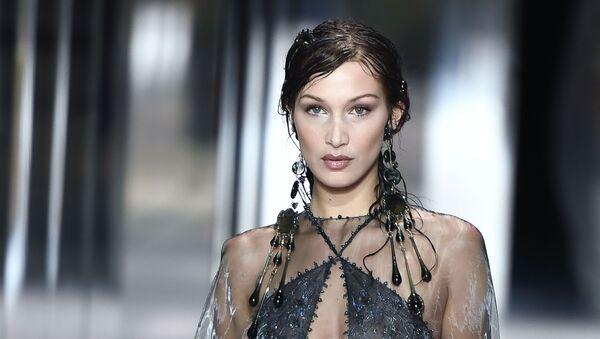 Ամերիկացի մոդել Բելլա Հադիդը Փարիզում բարձր նորաձևության շաբաթվա ժամանակ` բրիտանացի դիզայներ Kim Jones–ի 2021 թվականի գարուն–ամառ Fendi հավաքածուի զգեստով։  - Sputnik Արմենիա