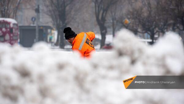Сотрудники муниципальной службы убирают снег с площади Республики (30 января 2021). Еревaн - Sputnik Армения