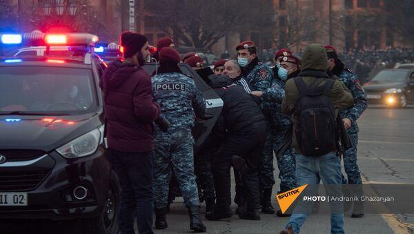 Полицейские подвергают аресту Исраела Акопкохяна на митинге оппозиции (28 января 2021). Еревaн - Sputnik Արմենիա