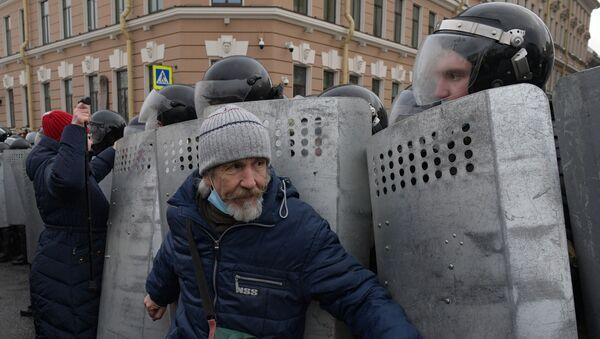 Сотрудники правоохранительных органов и участники несанкционированной акции - Sputnik Армения