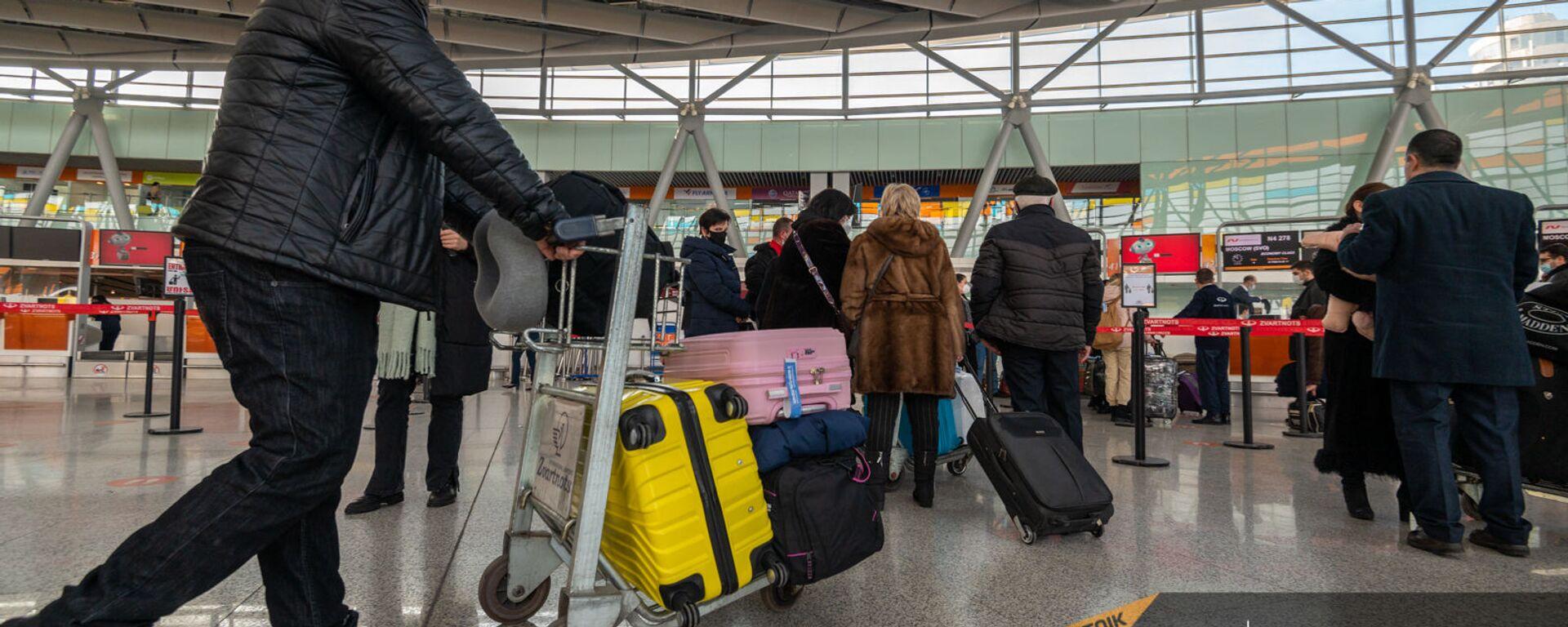 Пассажиры рейса Ереван-Москва в зале вылета аэропорта Звартноц (1 февраля 2021). Еревaн - Sputnik Армения, 1920, 10.09.2021