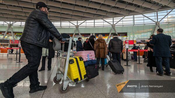 Пассажиры рейса Ереван-Москва в зале вылета аэропорта Звартноц (1 февраля 2021). Еревaн - Sputnik Армения