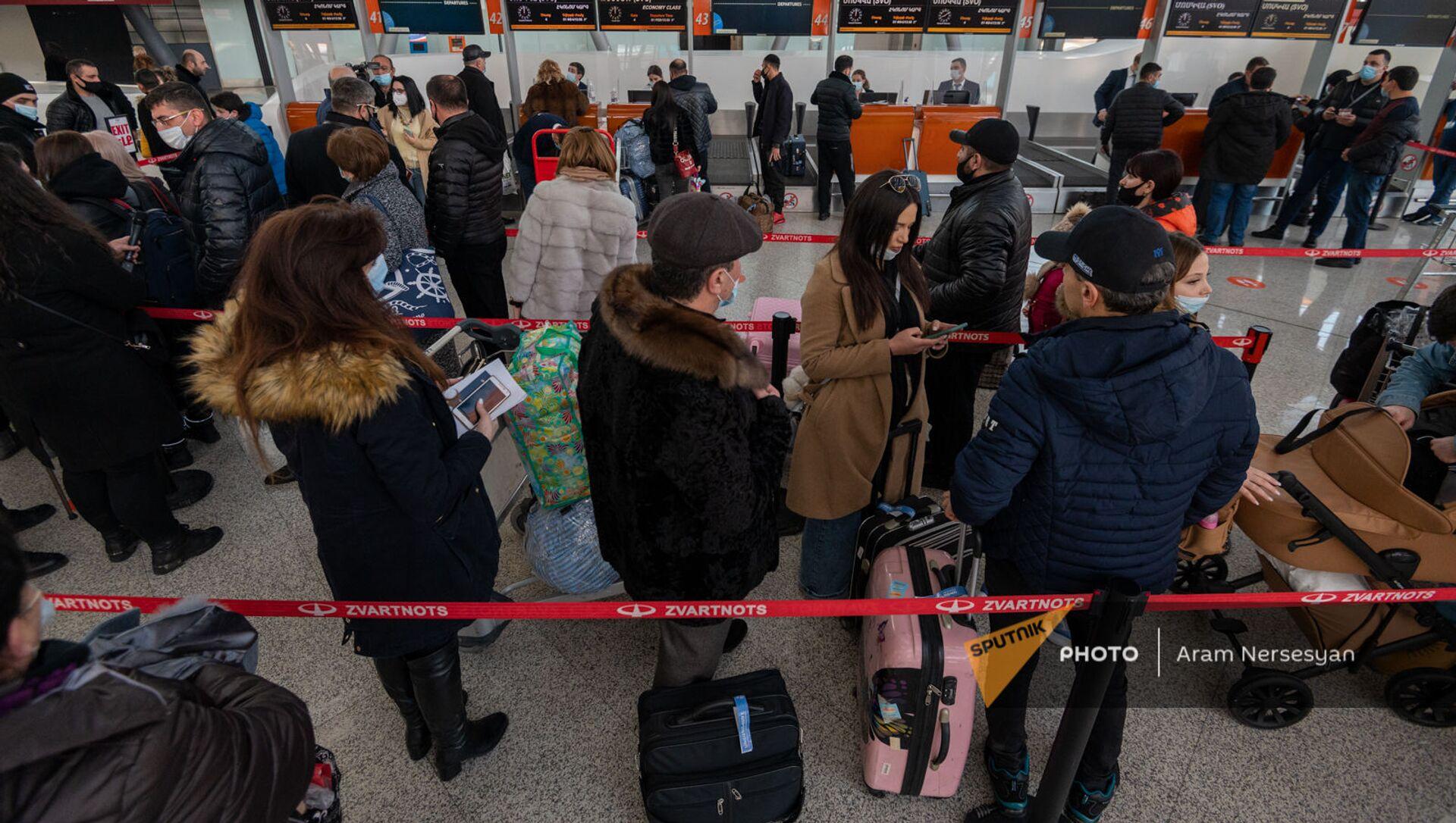 Пассажиры рейса Ереван-Москва в зале вылета аэропорта Звартноц (1 февраля 2021). Еревaн - Sputnik Армения, 1920, 20.08.2021