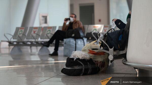 Пассажиры рейса Ереван-Москва в зале вылета аэропорта Звартноц (1 февраля 2021). Еревaн - Sputnik Արմենիա