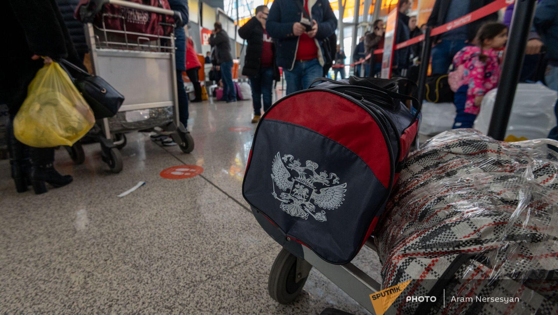 Пассажиры рейса Ереван-Москва в зале вылета аэропорта Звартноц (1 февраля 2021). Еревaн - Sputnik Արմենիա, 1920, 24.05.2021