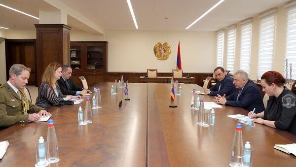 Министр обороны Вагаршак Арутюнян принял Временного Поверенного в делах Соединенного Королевства в РА Хелен Файзи (2 февраля 2021). Ереван - Sputnik Армения