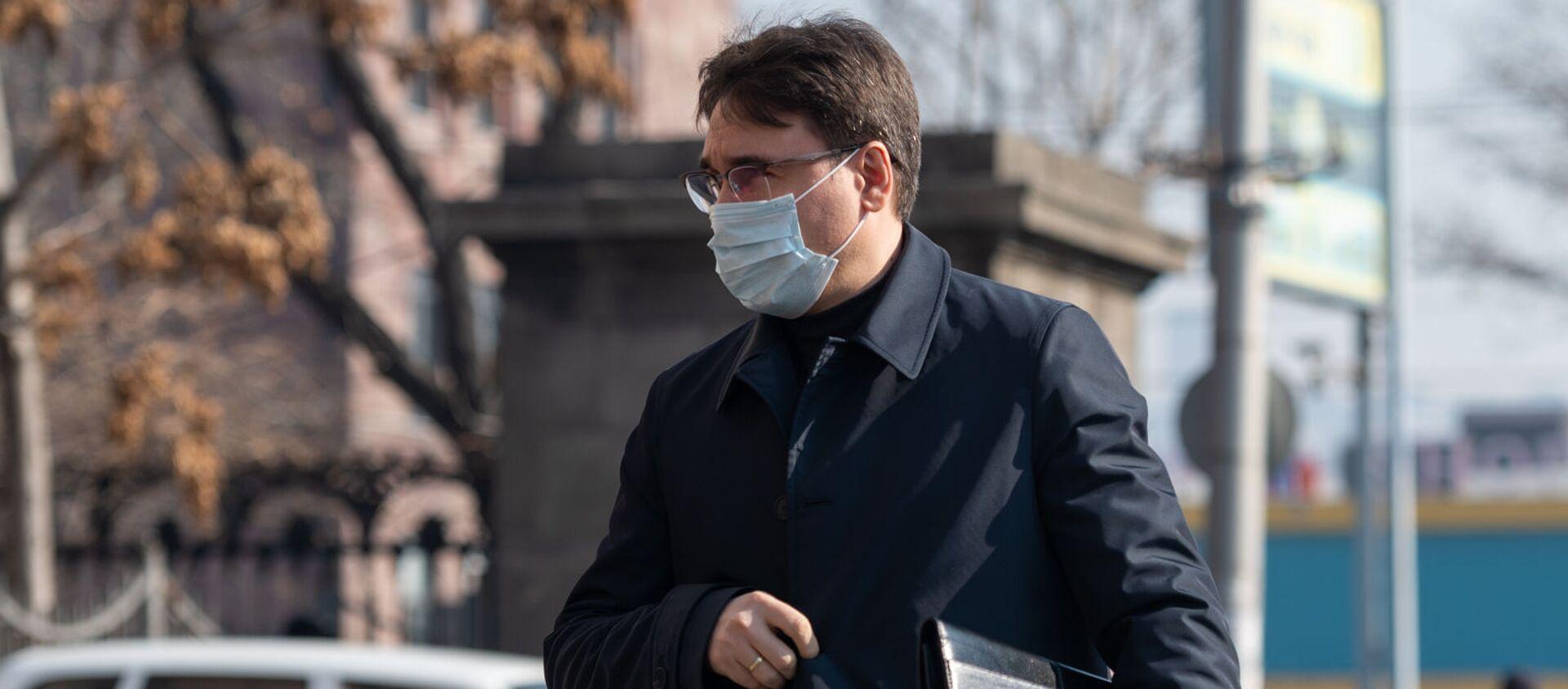 Бывший вице-премьер Армен Геворкян у здания Шенгавитского суда (2 февраля 2021). Еревaн - Sputnik Արմենիա, 1920, 23.02.2021