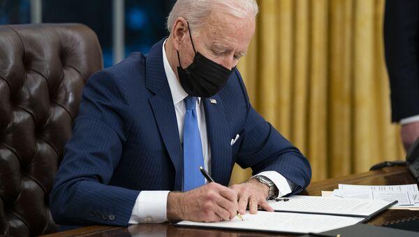 Президент США Джо Байден подписывает указ об иммиграции в Овальном кабинете Белого дома (2 февраля 2021). Вашингтон - Sputnik Армения