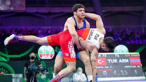 Борец Малхас Амоян (в синем) на ковре - Sputnik Армения