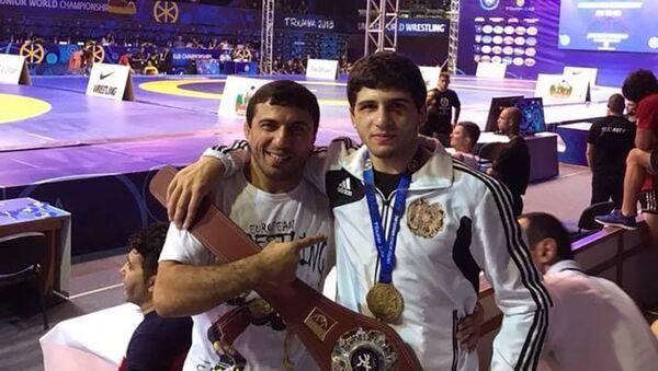 Борец Малхас Амоян (справа) с дядей Романом Амояном - Sputnik Армения
