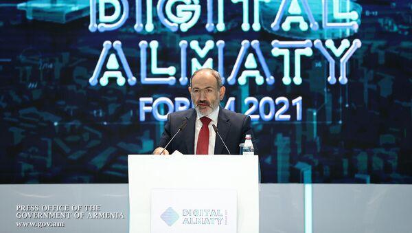 Премьер-министр Никол Пашинян во время выступления на выставке цифровых проектов форума Digital Almaty 2021 (5 февраля 2021). Алматы - Sputnik Արմենիա