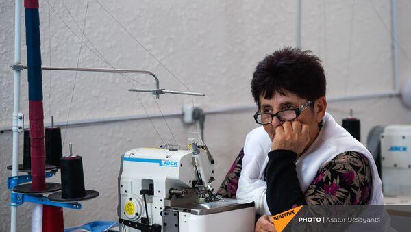 Швея куртанской фабрики по производству курток за работой (5 февраля 2021). Куртан - Sputnik Армения