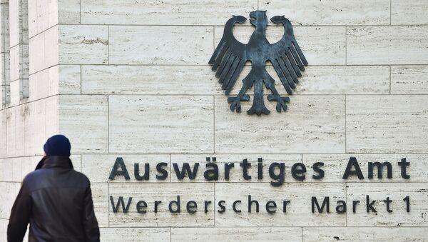 Мужчина проходит мимо логотипа Федерального министерства иностранных дел (1 марта 2018). Берлин - Sputnik Армения