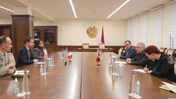 Министр обороны Вагаршак Арутюнян принял Чрезвычайного и Полномочного Посла Франции в РА Джонатана Лакота (5 февраля 2021). Еревaн - Sputnik Армения