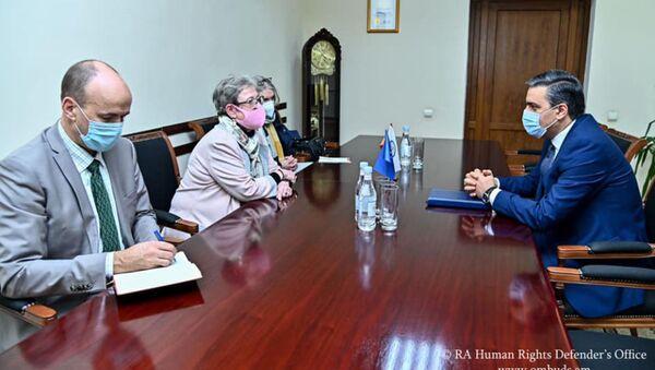 Омбудсмен Арман Татоян провел рабочую встречу с главой делегации ЕС в Армении, послом Андреа Викторини (6 февраля 2021). Еревaн - Sputnik Армения
