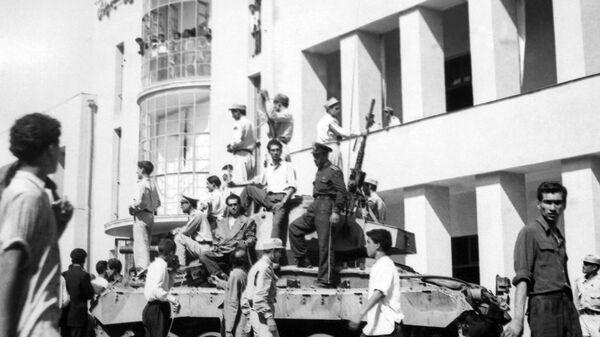 Танк во дворе тегеранского радио во время переворота, свергнувшего Мохаммеда Мосаддыка и его правительство (19 августа 1953). Тегеран - Sputnik Արմենիա