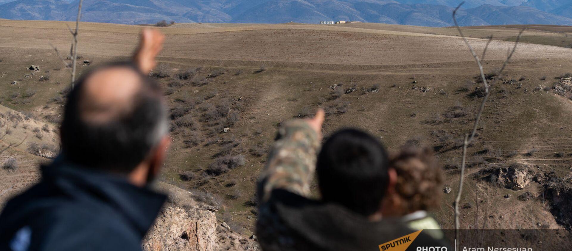 Жители села Неркин Хндзореск Сюникской области показывают на азербайджанский пост  - Sputnik Արմենիա, 1920, 26.04.2021