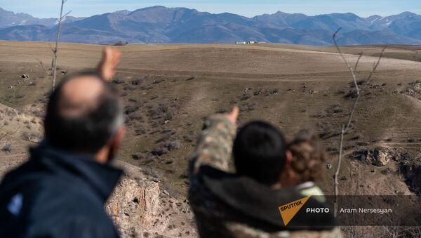 Жители села Неркин Хндзореск Сюникской области показывают на азербайджанский пост  - Sputnik Արմենիա