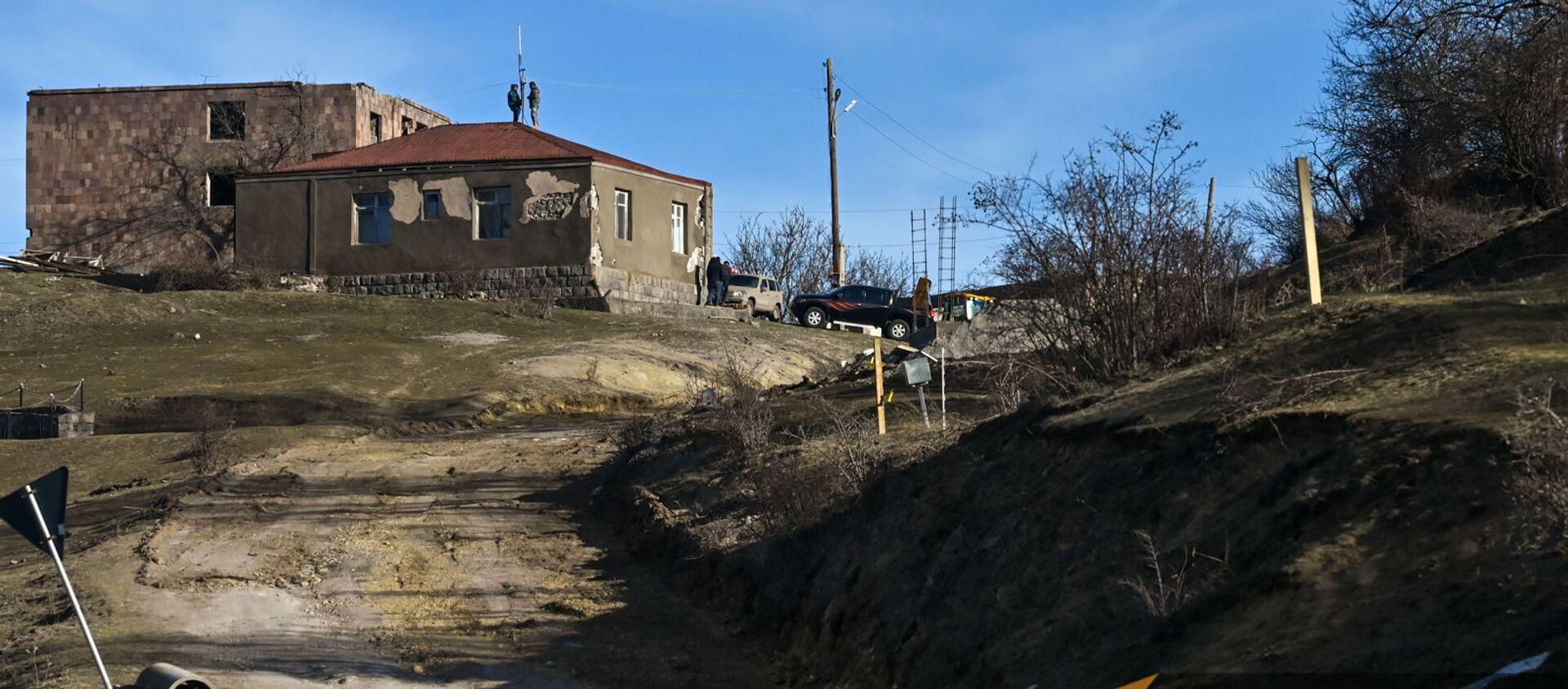 Жители села Шурнух Сюникской области устанавливают антенну на крыше дома - Sputnik Армения, 1920, 14.02.2021