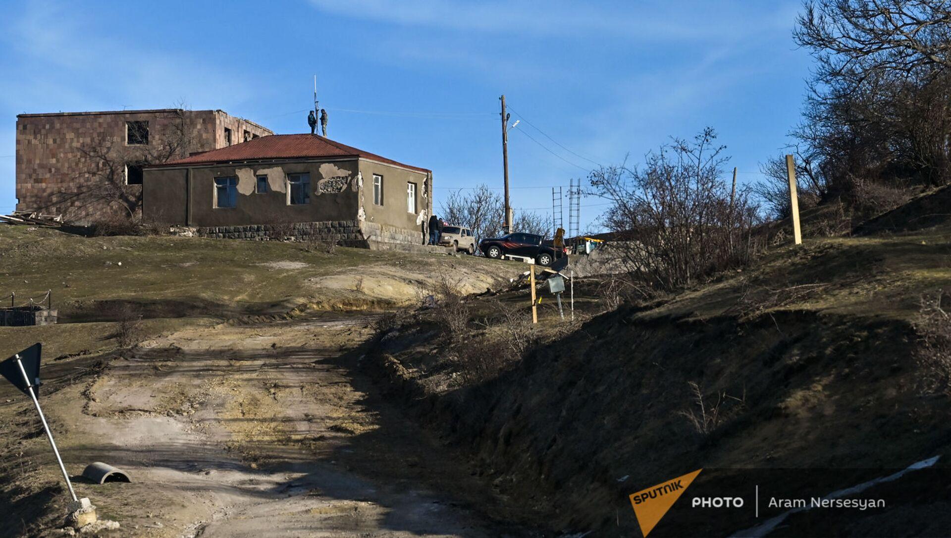 Жители села Шурнух Сюникской области устанавливают антенну на крыше дома - Sputnik Армения, 1920, 15.02.2021