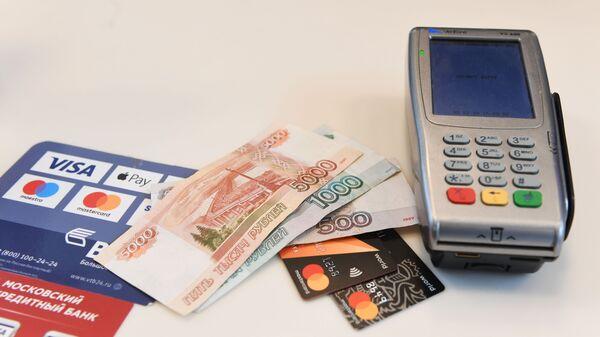 Терминал оплаты банковскими картами и денежные купюры - Sputnik Армения