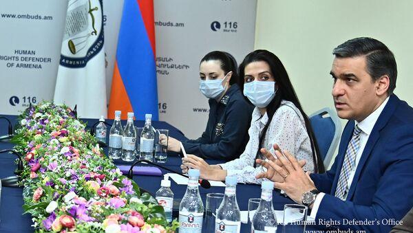 Омбудсмен Арман Татоян обсудил со специалистами СМИ проекты, предусматривающие запрет на цитирование анонимных источников (11 девраля 2021). Еревaн - Sputnik Армения