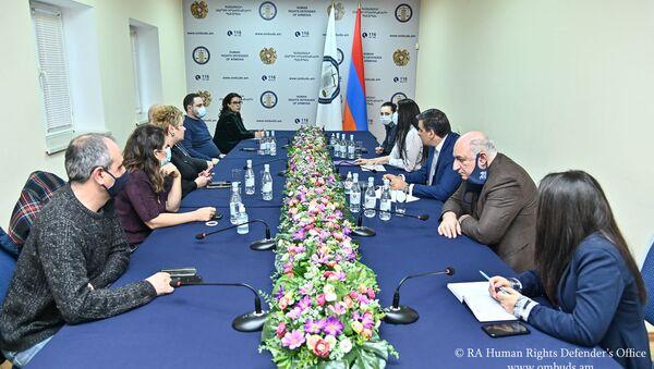 Омбудсмен Арман Татоян обсудил со специалистами СМИ проекты, предусматривающие запрет на цитирование анонимных источников (11 девраля 2021). Еревaн - Sputnik Արմենիա