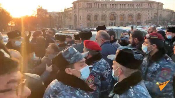 Անհետ կորածների հարազատների ակցիայի մասնակիցներից մեկը շշով հարվածեց ոստիկանին - Sputnik Արմենիա
