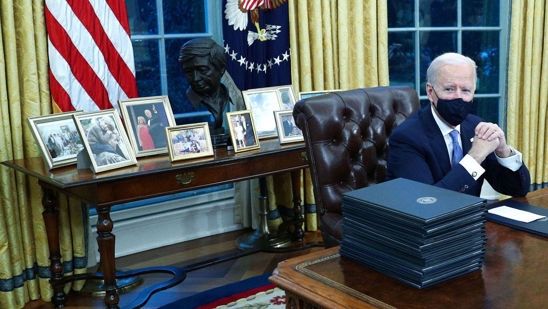 Президент США Джо Байден в Овальном кабинете в Белом доме, 2021 год  - Sputnik Армения, 1920, 11.02.2021