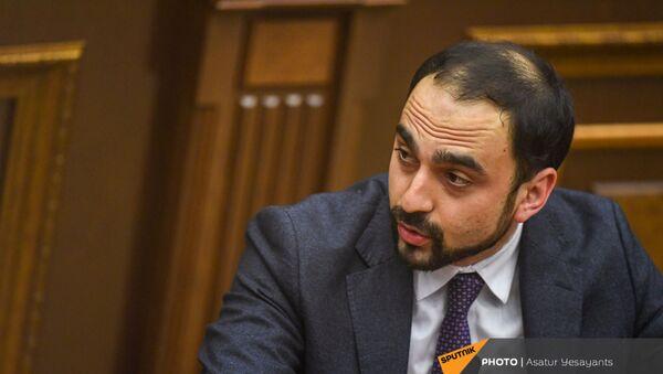Вице-премьер Тигран Авинян на заседании в Парламенте (10 февраля 2021). Еревaн - Sputnik Армения