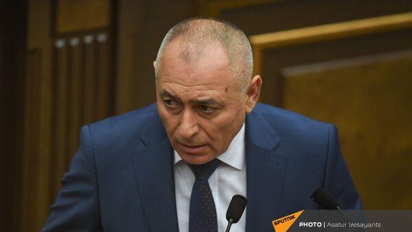 Министр по чрезвычайным ситуациям Андраник Пилоян на заседании в Парламенте (10 февраля 2021). Еревaн - Sputnik Արմենիա