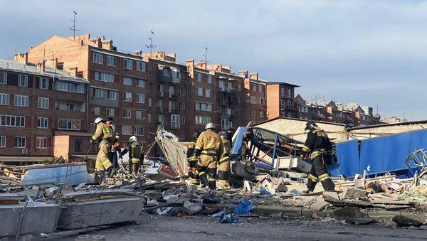 Сотрудники МЧС разбирают завалы на месте взрыва в супермаркете на улице Гагкаева (12 февраля 2021). Владикавказ - Sputnik Արմենիա