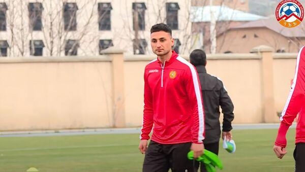 Эдгар Бабаян во время тренировки сборной Армении по футболу - Sputnik Армения