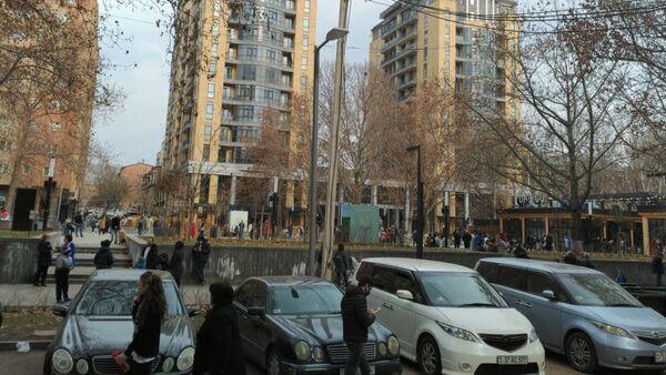 Люди во дворах после землетрясения (13 февраля 2021). Еревaн - Sputnik Армения